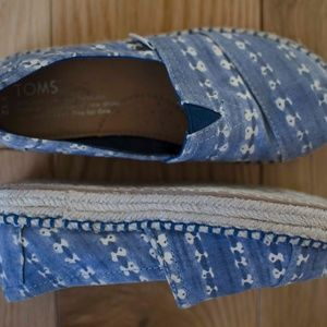 Gently used kids Toms Y12